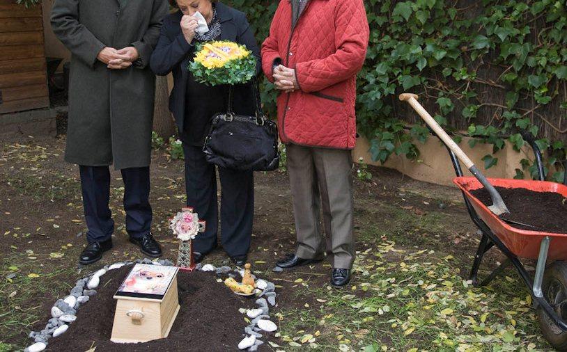 Resultado de imagen para imagenes enterrando mascotas en el j ardin